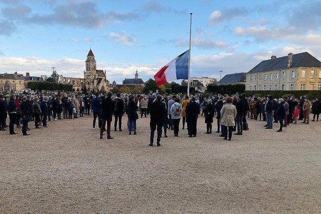 Hommage à Samuel Paty: environ 300 personnes devant l'hôtel de ville