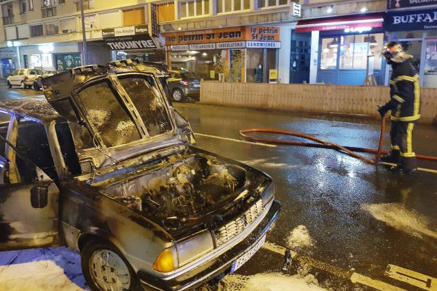 [Photos + vidéos] Une voiture s'enflamme en centre-ville