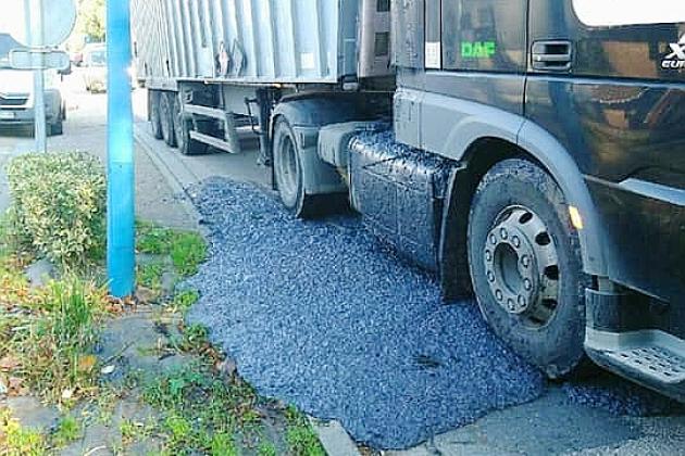 500kilos de déchets industriels se déversent d'un camion