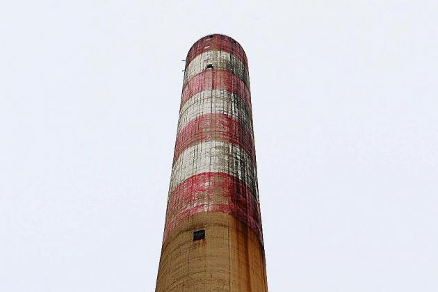 Deux cheminées dynamitées sur l'ancienne raffinerie Petroplus