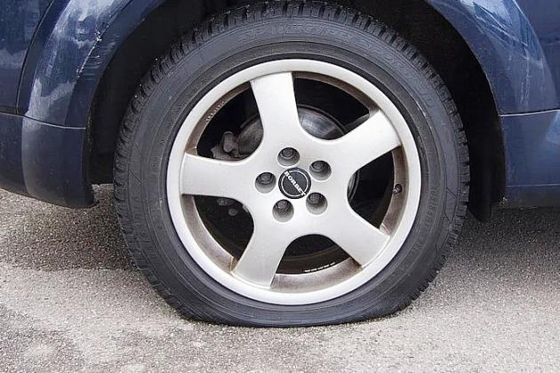 Arrêté alors qu'il crevait les pneus de voitures avec un tournevis