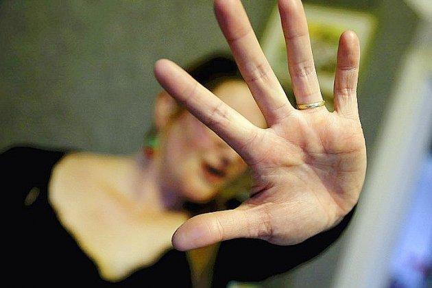 Violences conjugales: une intervenante sociale arrive au commissariat