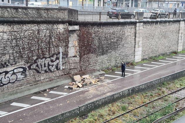 Effondrement d'un mur de soutènement: gros bouchons dans le centre