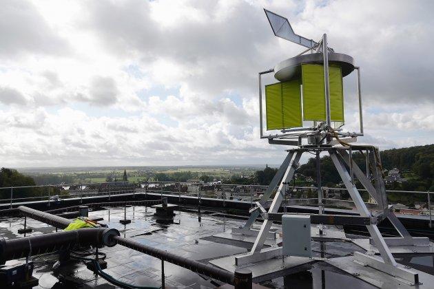 Perchée sur le toit d'un immeuble, cette machine produit de l'électricité