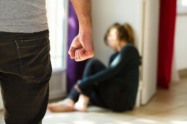 Jaloux et violent, il s'en prendà sa femme devant leurs enfants