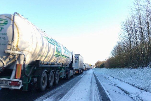 Neige et verglas: l'A84 et les RN13 et 175 interdites aux poids lourds