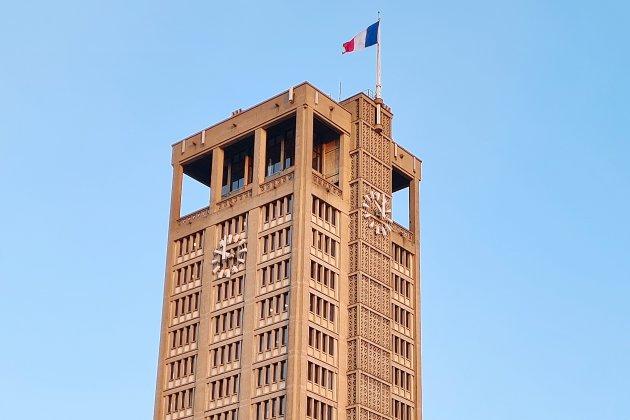 Les horloges de la tour de l'hôtel de Ville sont en panne
