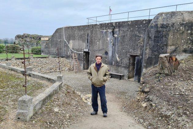 Il fait visiter un bunker de la Seconde Guerre mondiale