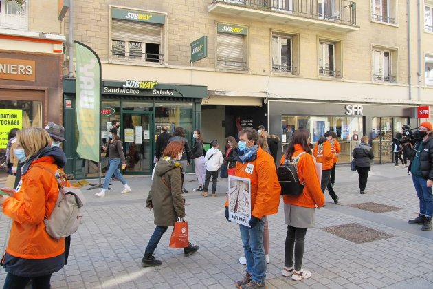 Manifestation contre la souffrance animale devant le restaurant Subway