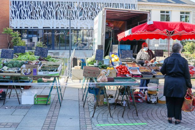 Le marché hebdomadaire déménage place des Hallettes