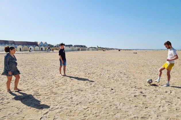 Avec 25 degrés fin mars, maillots de bain et jeux de plage sont de sortie!