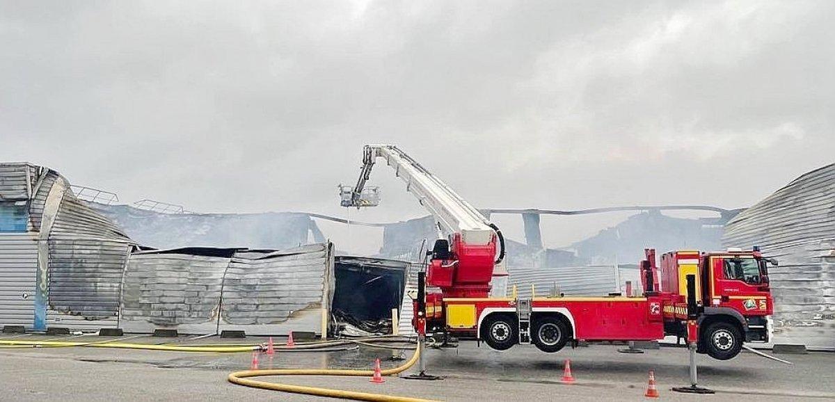 Un entrepôt abritant des entreprises détruit par un incendie