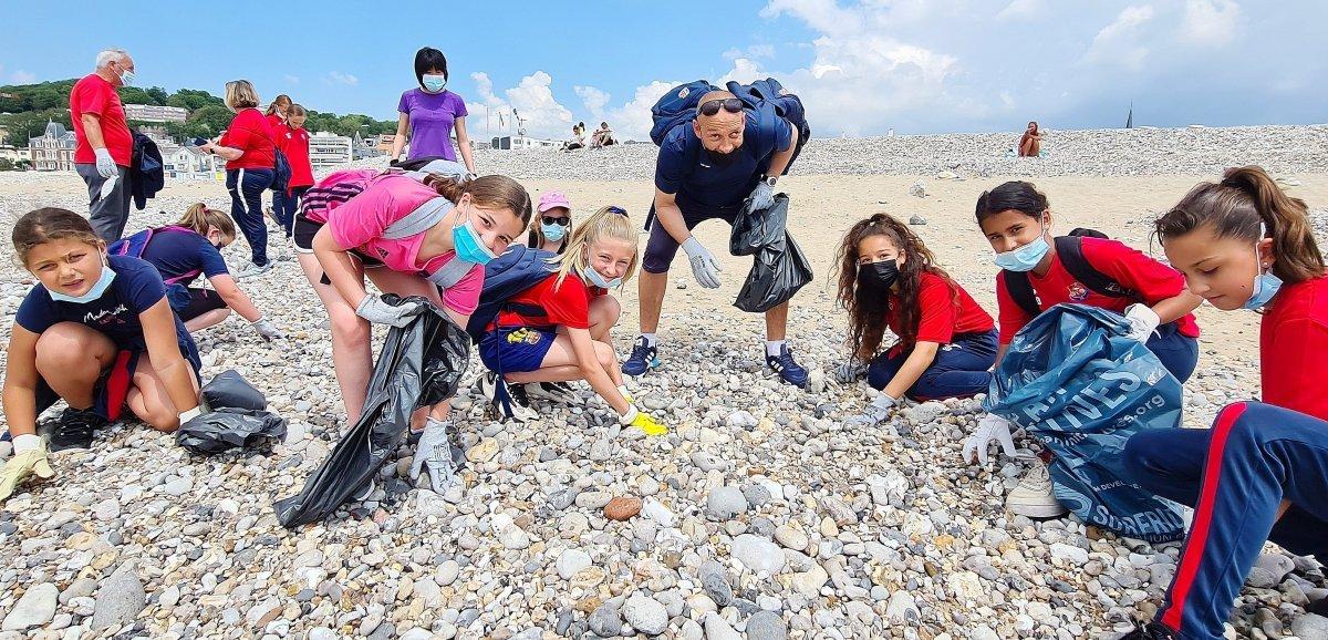 Petits et grands mobilisés pour nettoyer les plages