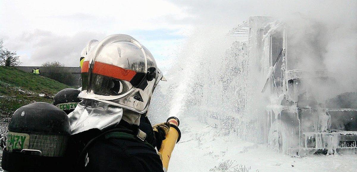 Un poids lourd transportant 15 tonnes de paille prend feu