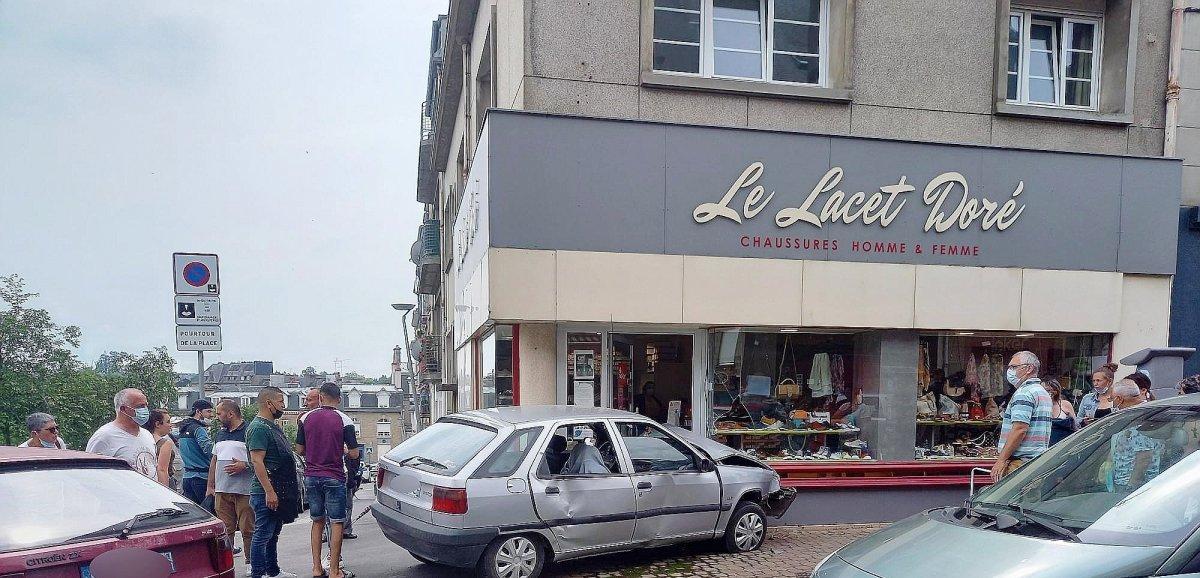 Poursuivi par la police, le conducteurfonce en voiture dans un magasin