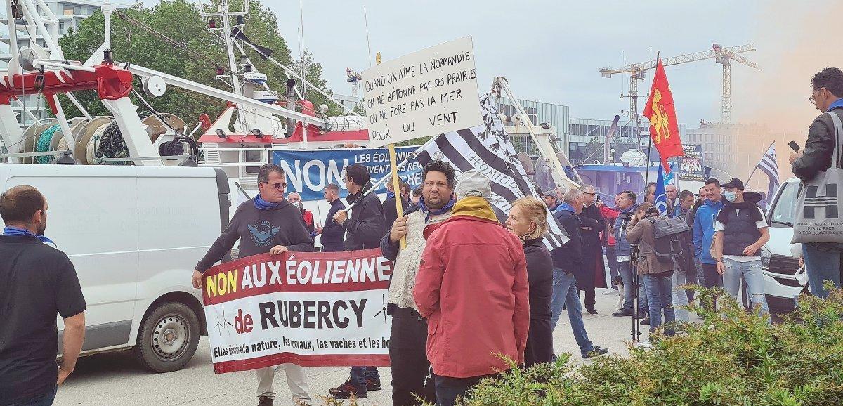 [Photos + vidéo] Caen. Projet d'éoliennes en mer: des centaines de pêcheurs manifestent