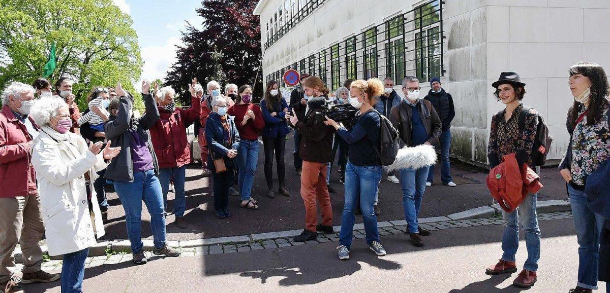 Portrait du Président: 1€ symboliqued'amende pour lesdécrocheuses