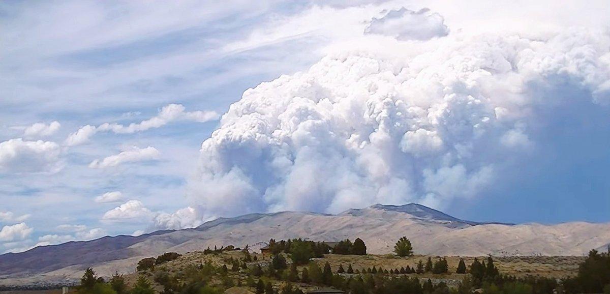 Des nuages cracheurs de feu se forment dans l'Ouest américain