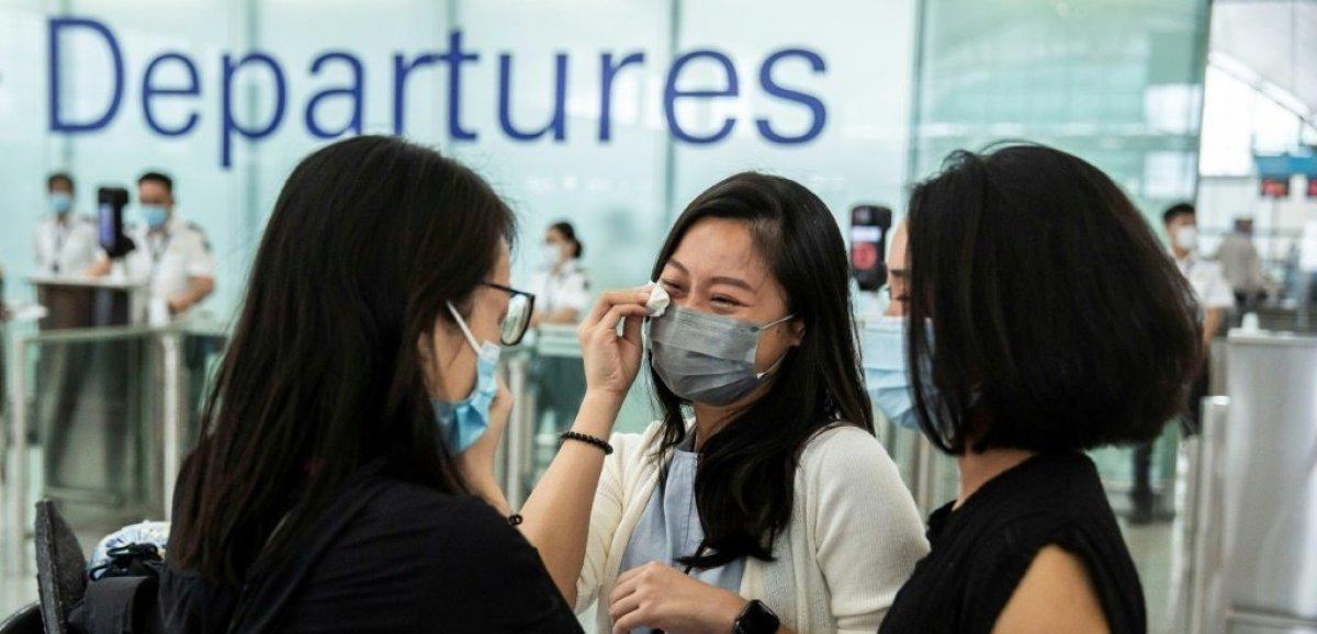 A l'aéroport de Hong Kong, un exode vers la liberté dans les sanglots et l'émotion