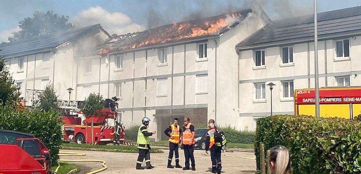 [Photos]Les Grandes-Ventes. La toiture d'une résidence embrasée, 14 personnes évacuées