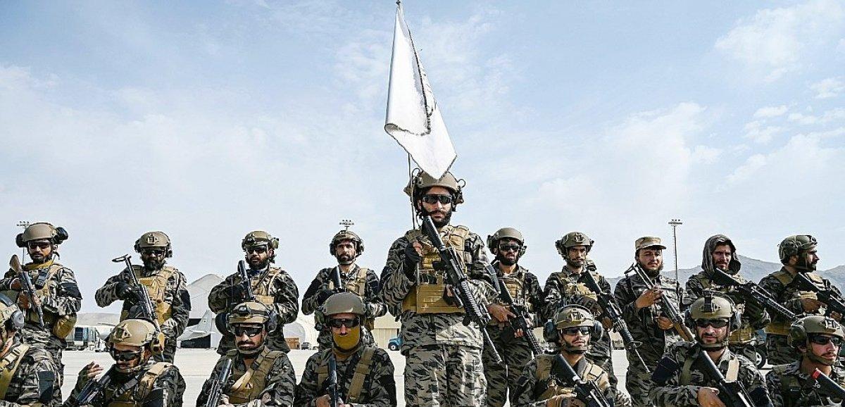 Les talibans paradent dans l'aéroport de Kaboul après le retrait américain