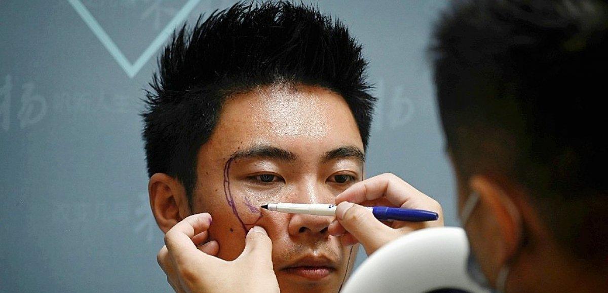 Esthétique: en Chine, les hommes aussi passent sous le bistouri