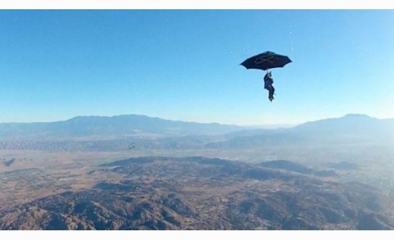 Il saute en parachute avec... un parapluie !