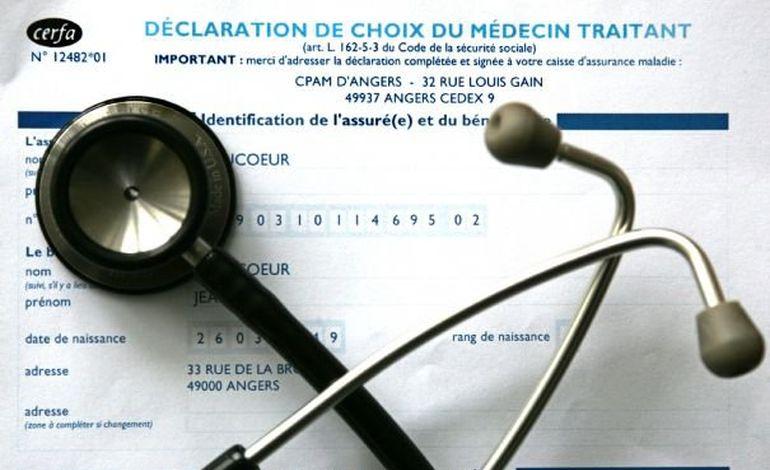 Hervé Maurey remet son rapport sur les déserts médicaux à Marisol Touraine