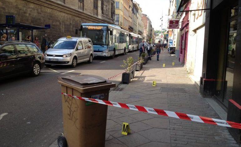 Rouen : un homme poignardé en pleine journée, rue de la République