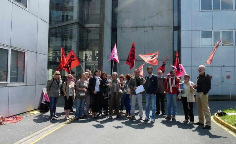 Précarité enseignante : une trentaine de manifestants devant l'inspection académique