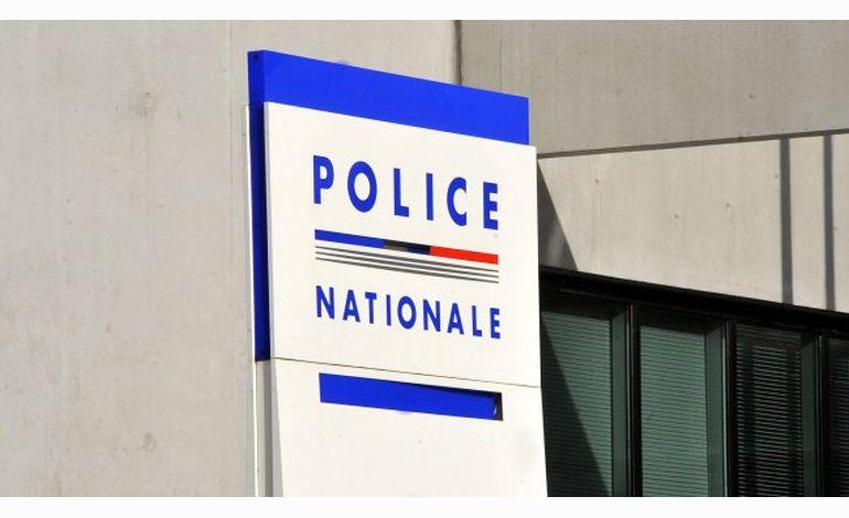 Un jeune homme frappe sa mère son frère et un policier