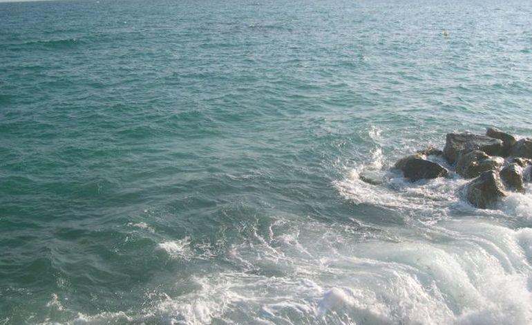 Un voilier privé de son mât à la dérive au large du Cap Lévi