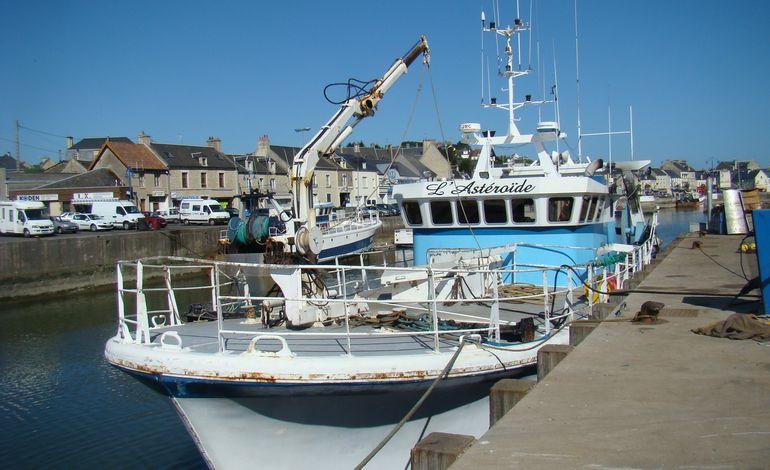 Un chalutier de port en bessin accroche son chalut un cargo - Restaurant l ecailler port en bessin ...