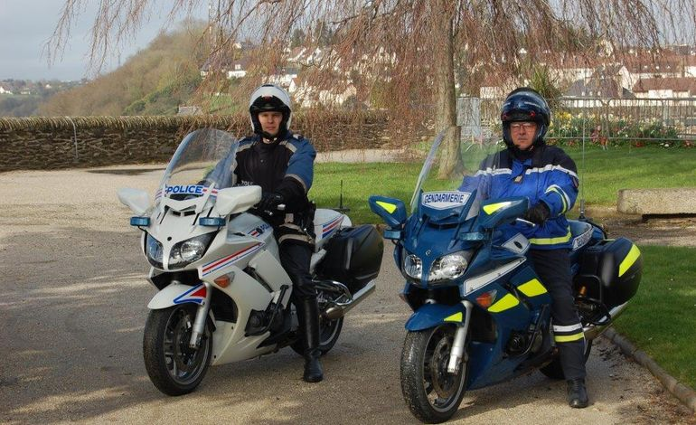 formation des motards avec ceux de la gendarmerie et de la police. Black Bedroom Furniture Sets. Home Design Ideas