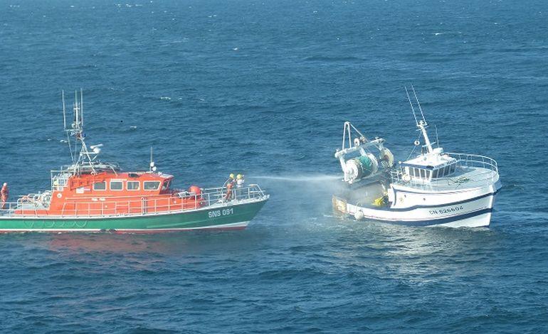 bateau de peche en feu