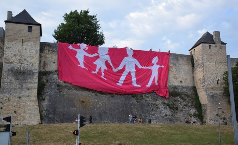 La Manif pour tous déploie une banderole de 600 m2 contre la GPA à Caen