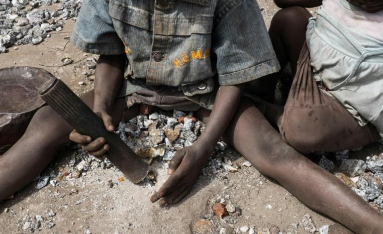 Burkina: une enfance à casser des cailloux dans les mines de granit