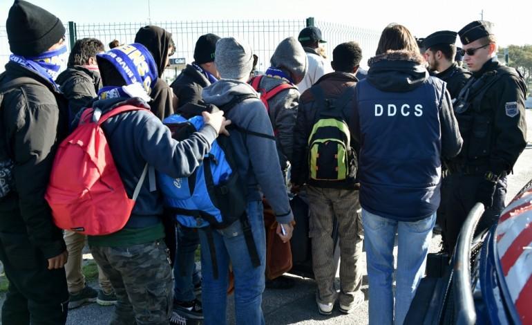 """""""Jungle"""" de Calais: le sort des mineurs en voie de règlement"""