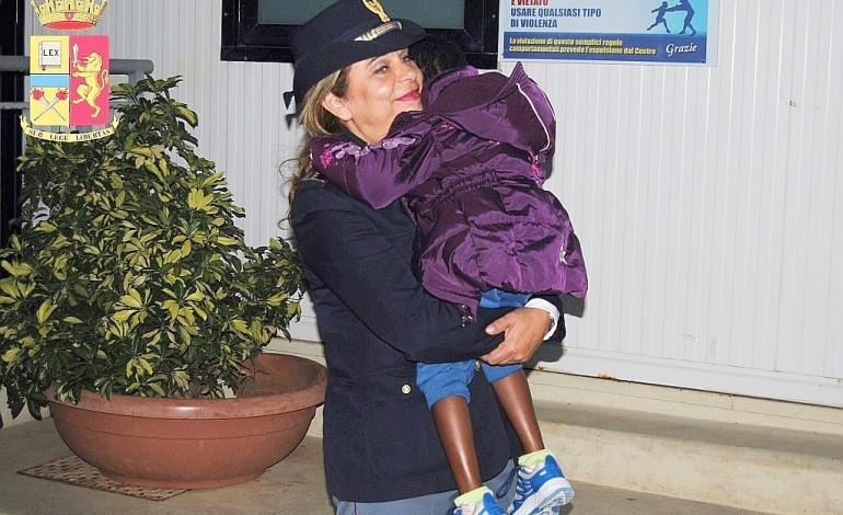 Arrivée seule à Lampedusa, Oumoh, 4 ans, va retrouver sa mère