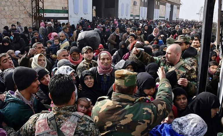 """""""Descente aux enfers"""" à Alep, des milliers de civils fuient"""