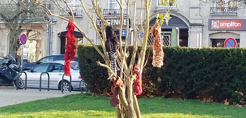 A Caen, les habitants accrochent des écharpes aux arbres pour les SDF