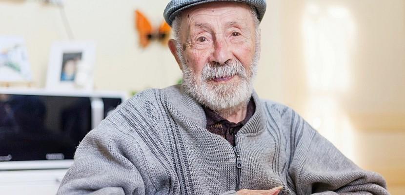 A 108 ans passés, le doyen des Français vit toujours chez lui