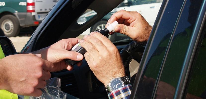 Il prend un auto-stoppeur alors qu'il roule sans permis et alcoolisé