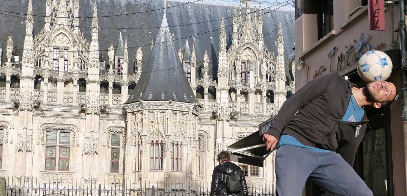 Dans les rues de Normandie, il fait du foot tout un art [VIDÉO]