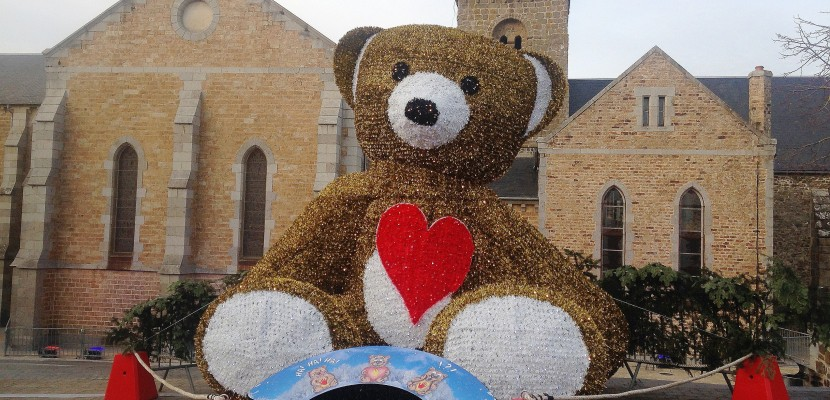Manche: un ours géant interactif sur la place du village, pour Noël