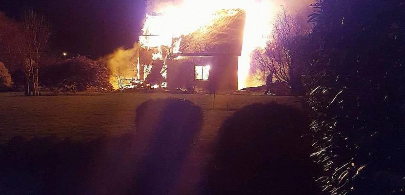 Manche: une maison ravagée par un incendie