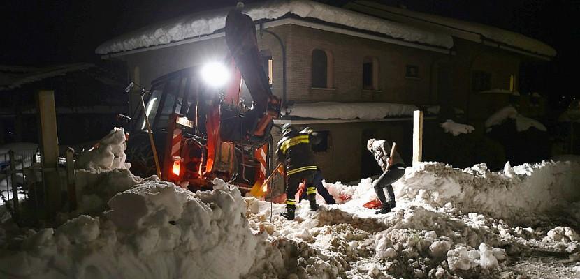 Avalanche en Italie: les pompiers localisent six personnes en vie