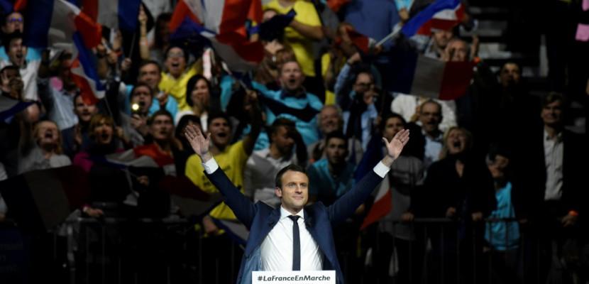 """Macron voit """"une démonstration d'envie"""" pour sa candidature dans la foule à son meeting à Lyon"""