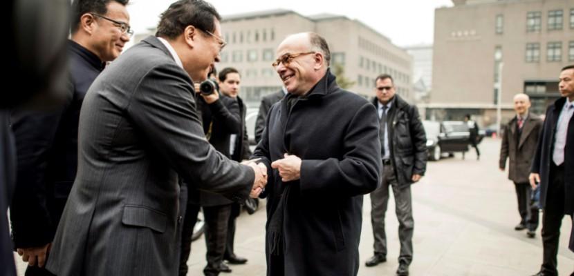 """En Chine, Cazeneuve dénonce le """"recroquevillement"""" du """"protectionnisme"""""""
