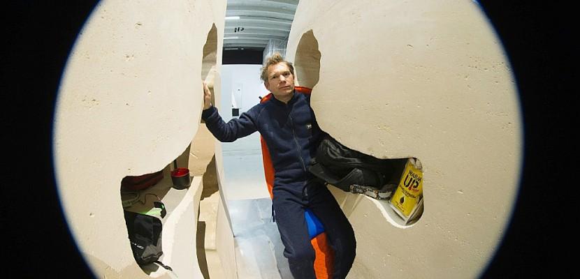 """""""Comme un astronaute"""": Abraham Poincheval en plein trip dans son rocher"""